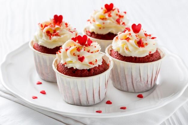 Hoge hoek van cupcakes met hartvormige hagelslag