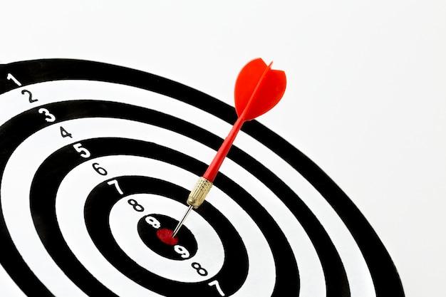 Hoge hoek van dart in bullseye met kopie ruimte