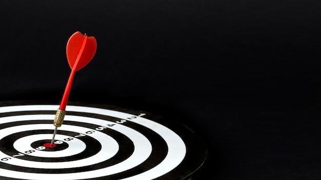 Hoge hoek van dart in bullseye