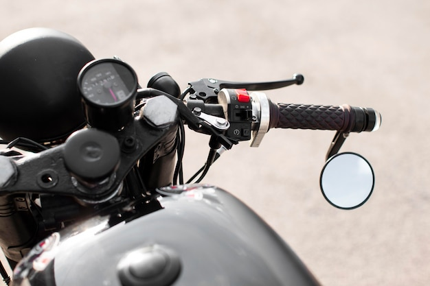 Hoge hoek van de close-up de oude motorfiets