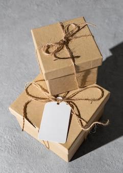 Hoge hoek van de geschenkdozen van de epiphany-dag met label