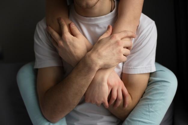 Hoge hoek van de handen van het meisje van de mensenholding