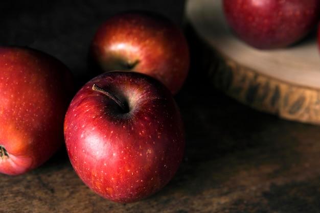 Hoge hoek van de herfstappelen