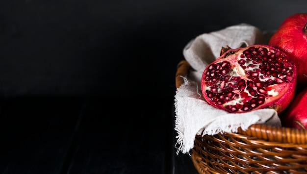 Hoge hoek van de herfstgranaatappels in mand met exemplaarruimte