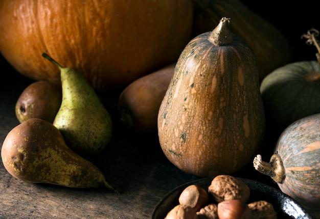 Hoge hoek van de herfstpompoen en fruit