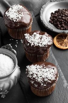 Hoge hoek van de kokosvlokken van chocoladedesserts