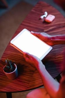 Hoge hoek van de mens met behulp van tablet