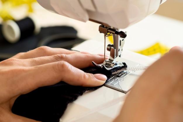 Hoge hoek van de naaimachine die wordt gebruikt