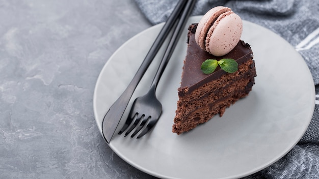 Hoge hoek van de plaat met cake en bestek