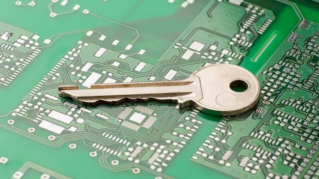 Hoge hoek van de sleutel op de printplaat