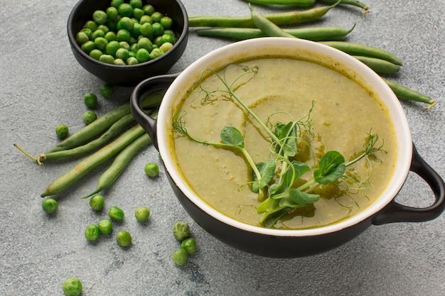 Hoge hoek van de soep van de wintererwten in kom