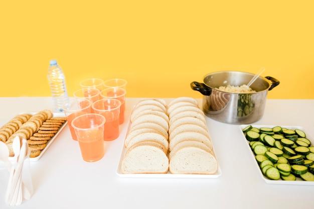 Hoge hoek van de tabel met voedsel voor de dag van het voedsel