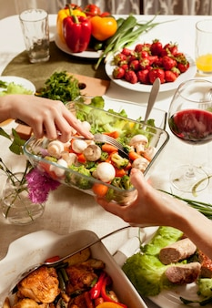 Hoge hoek van de tafel met voedsel