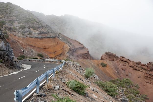 Hoge hoek van de weg naar de top van de vulkaan caldera de taburiente op de canarische eilanden onder mistige wolken