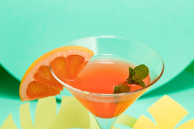 Hoge hoek van de zomer concept met cocktail