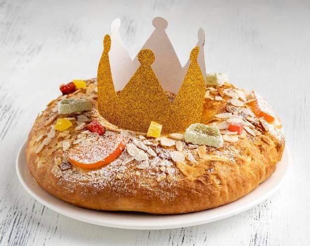 Hoge hoek van dessert met kroon voor epiphany-dag
