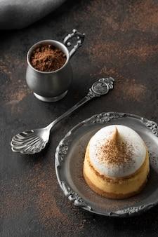 Hoge hoek van dessert op plaat met cacaopoeder