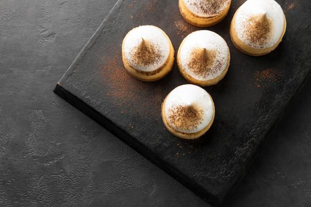 Hoge hoek van desserts op lei steen met kopie ruimte