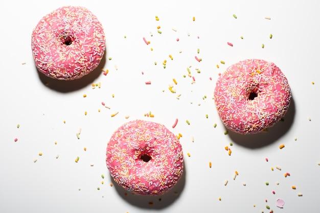 Hoge hoek van donuts geglazuurd met hagelslag