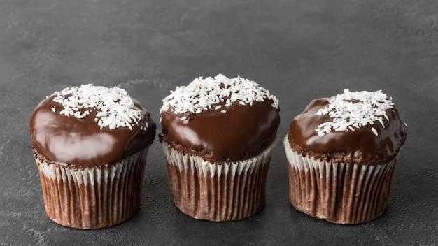 Hoge hoek van drie chocoladedesserts