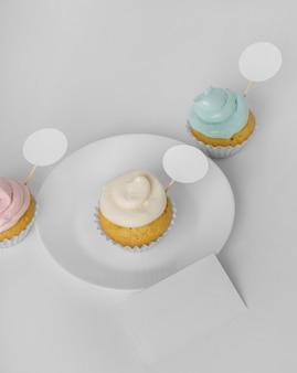 Hoge hoek van drie cupcakes met verpakking