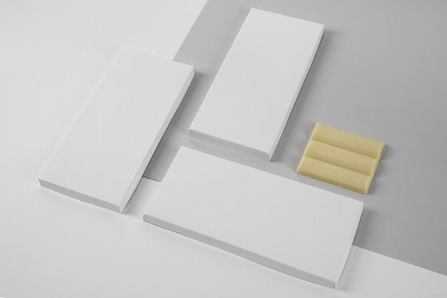 Hoge hoek van drie verpakkingen van witte chocoladetabletten