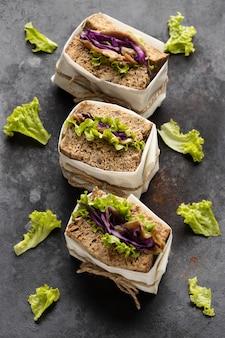 Hoge hoek van drie verpakte saladesandwiches