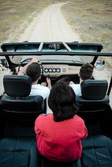 Hoge hoek van drie vrienden die samen met de auto reizen