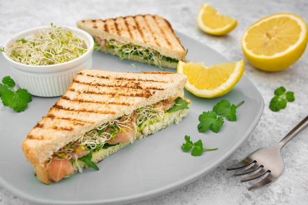 Hoge hoek van driehoekige broodjes met citroen en peterselie