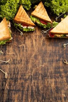 Hoge hoek van driehoeksandwiches met tomaten en salade
