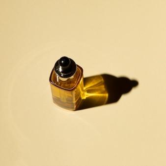 Hoge hoek van een fles etherische olie