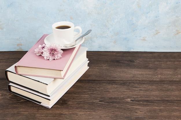 Hoge hoek van een koffie op boeken