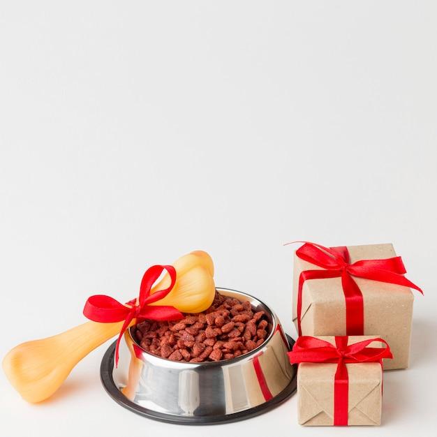 Hoge hoek van etensbak met bot en geschenken voor dierendag