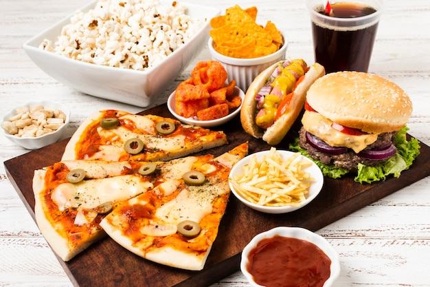 Hoge hoek van fast food op witte tafel