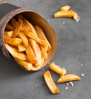 Hoge hoek van frieten met zout