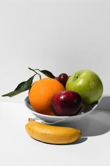 Hoge hoek van fruitschaal met exemplaarruimte
