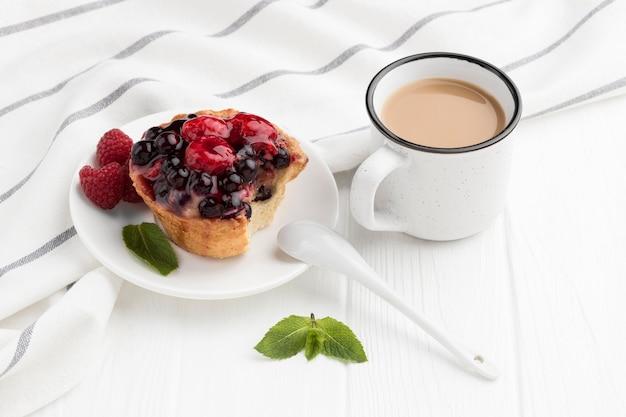 Hoge hoek van fruittaart met munt en koffie