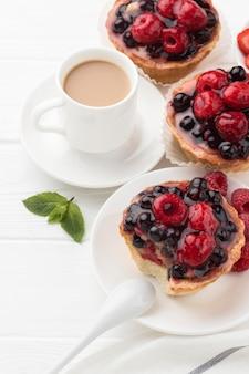 Hoge hoek van fruittaartjes met drankje
