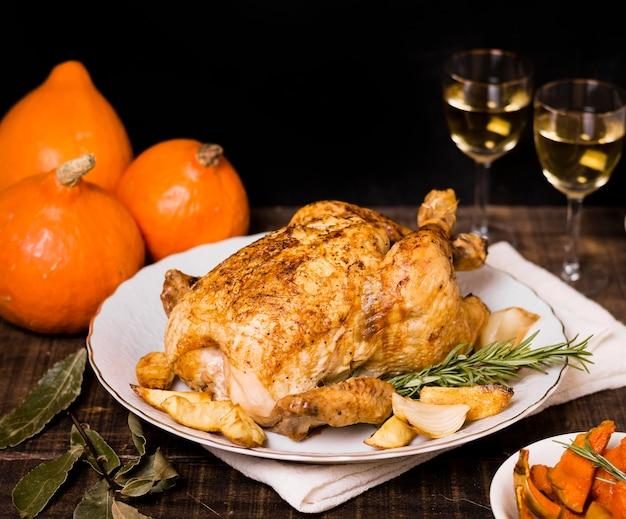 Hoge hoek van gebraden kip op plaat voor thanksgiving-diner