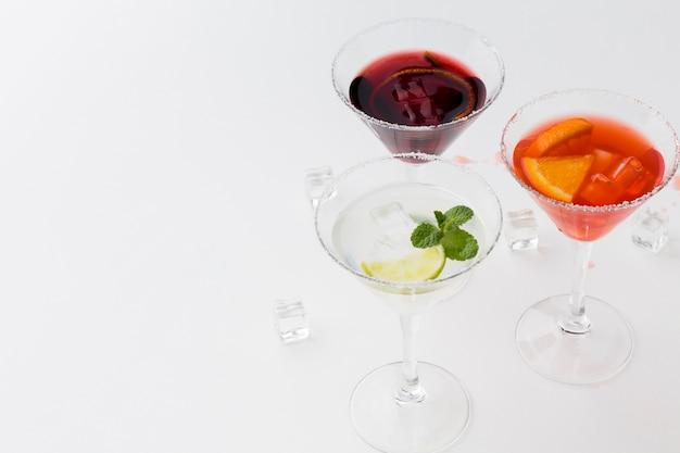 Hoge hoek van gekleurde cocktailglazen met zoutrand