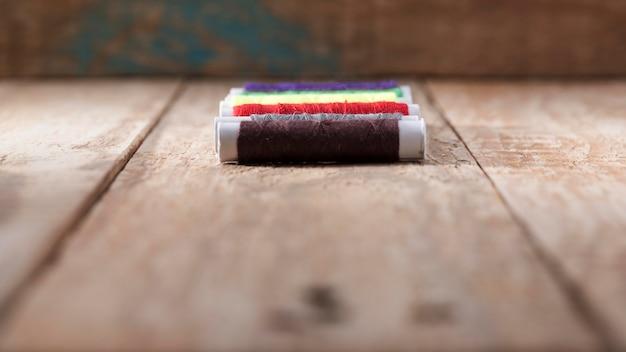 Hoge hoek van gekleurde draadspoelen