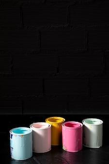 Hoge hoek van gekleurde verfblikken met exemplaarruimte