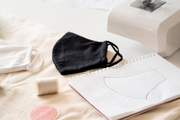 Hoge hoek van genaaid gezichtsmasker met naaimachine