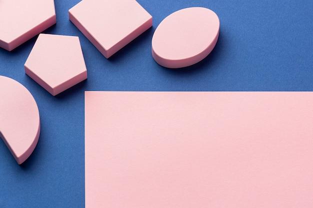 Hoge hoek van geometrische vormen met kopie ruimte