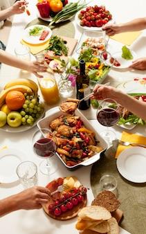 Hoge hoek van gerechten op tafel