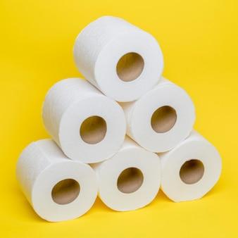 Hoge hoek van gestokte toiler-papierrollen