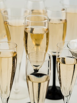Hoge hoek van gevulde transparante champagneglazen
