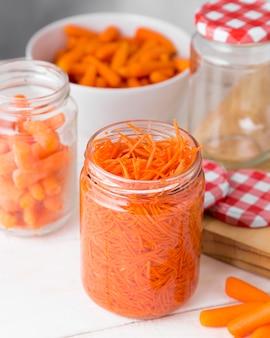 Hoge hoek van glazen pot met gehakte baby wortelen