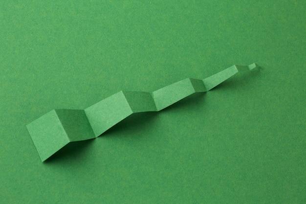 Hoge hoek van grafiekstatistiekenpresentatie met papieren pijl