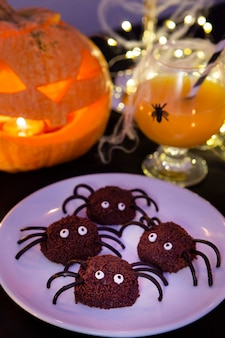 Hoge hoek van halloween zoet concept